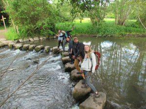 Traversée de rivière à Saulges. Photo de Mika